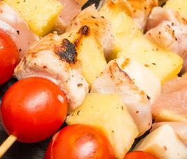 Brochetitas de Pollo y Piña con Salsa de Mostaza y Miel