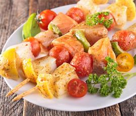 Brochetas de Salmón Marinado con Salsa de Mostaza a la Miel