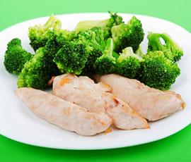 Dados de pollo con Brócoli