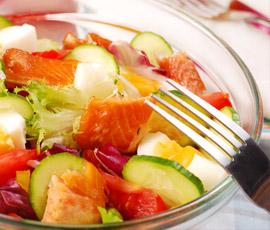 Ensalada de Pepino y Tomate con Salmón Ahumado