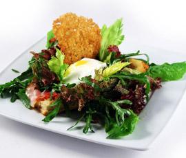 Huevo poché con parmesano sobre nido de verduritas