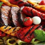 Parrillada_verduras_y_cerdo_a_la_plancha
