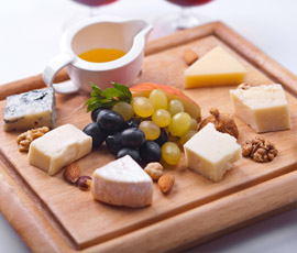 Láminas de queso con trocitos de fruta bañados de miel y picadillo de nuez
