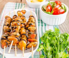 Daditos de Calabacín con cebolla y Brocheta de Mejillones