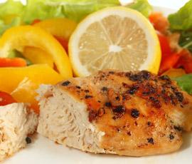 Pollo al limón con ensalada de lechugas multicolor